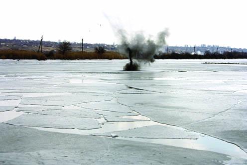 В Запорожье взрывали лед
