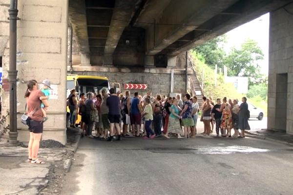 Запорожцы перекрыли мост Преображенского